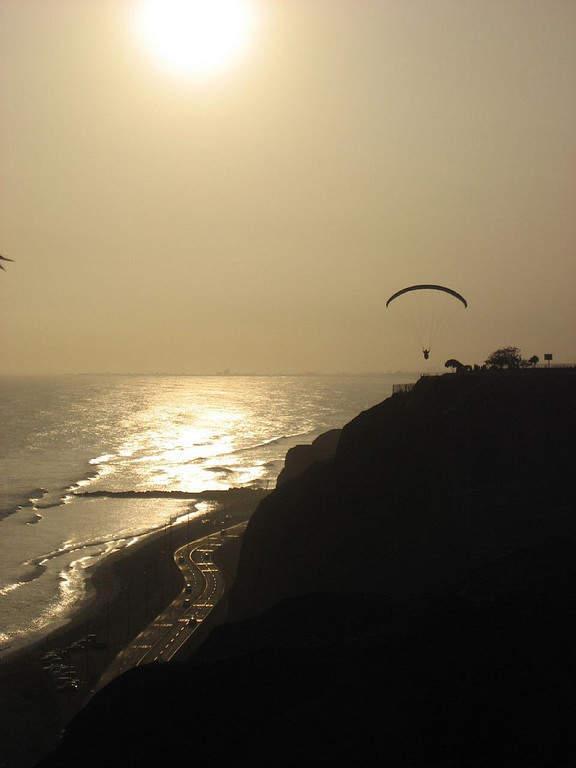 Atardecer en la costa de Lima, Perú