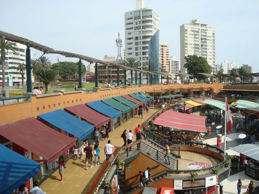 Plaza comercial en el centro de Lima