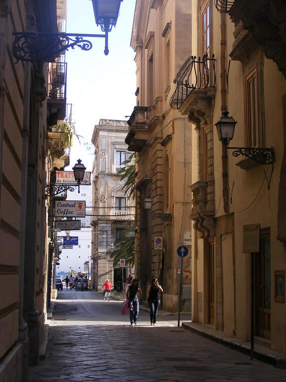 Estrecha avenida en Trapani