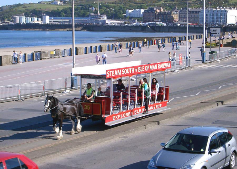 Tranvía tirado por un caballo, típico de Douglas