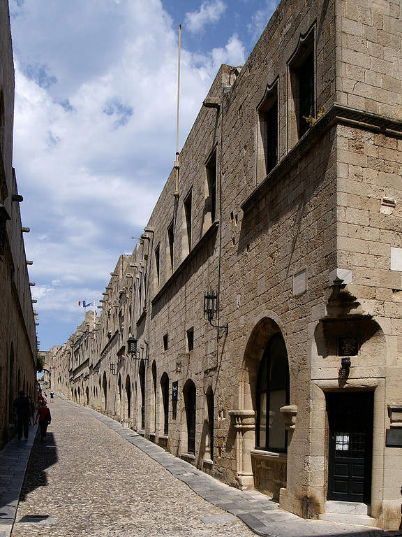 Estrecha calle de la ciudad de Rodas