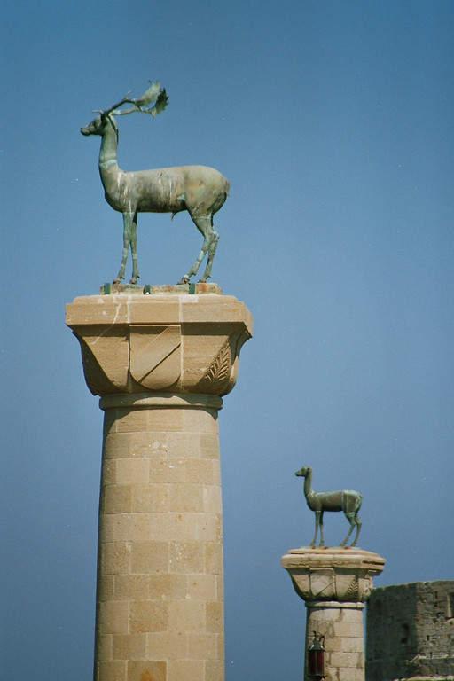 Esculturas en el puerto de Rodas