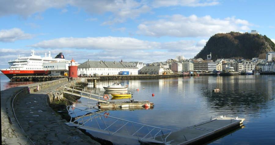 Crucero en el puerto de Ålesund