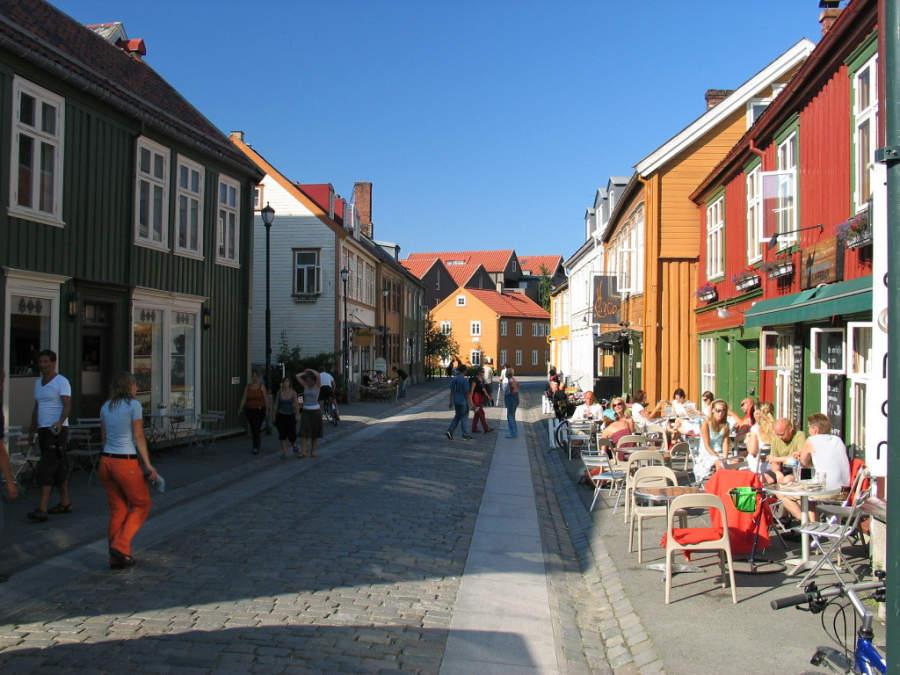 Zona de cafeterías en el barrio de Bakklandet en Trondheim