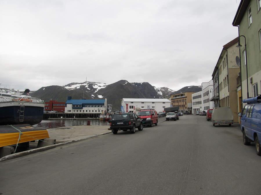 Calle que costea la zona de muelles de Honningsvag
