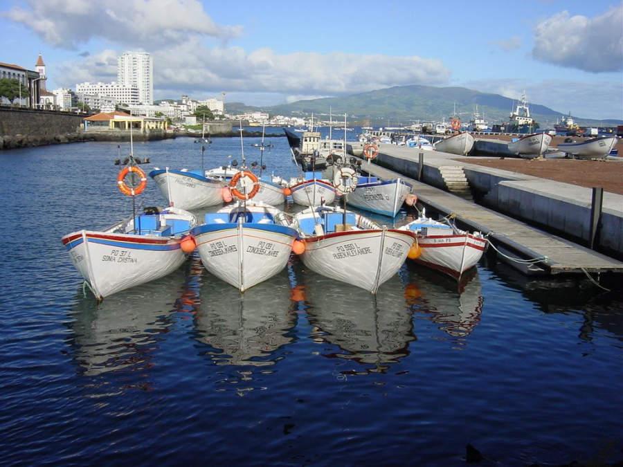 Embarcaciones en el puerto de Ponta Delgada