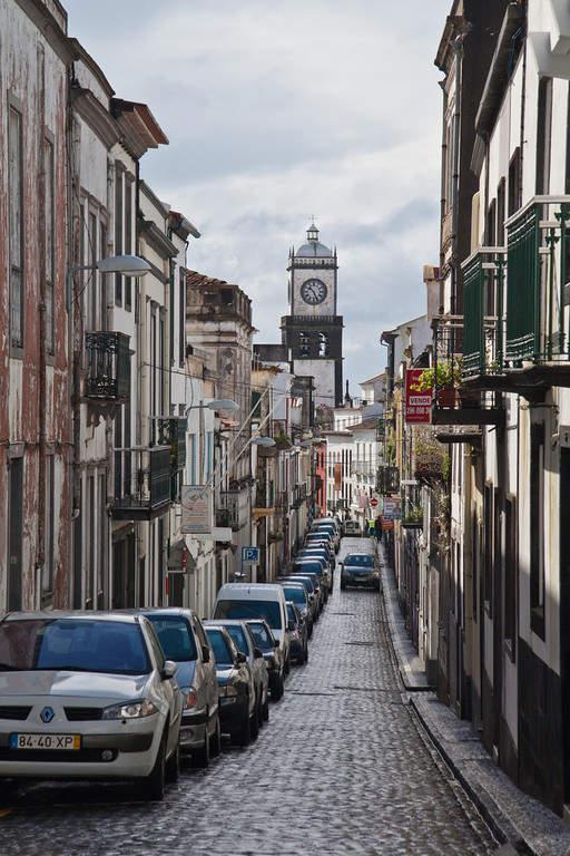 Calle estrecha de la ciudad de Ponta Delgada