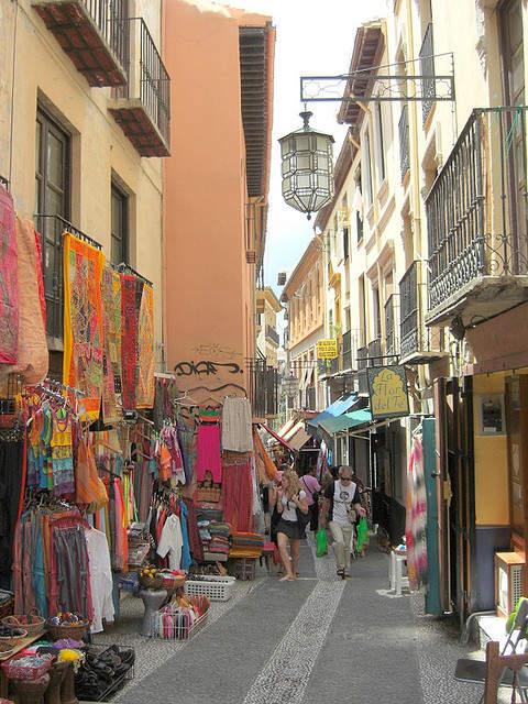 Tiendas en una calle peatonal de Granada
