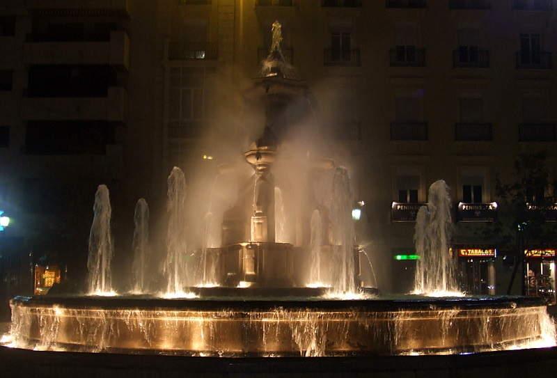 Fuente en Granada de noche