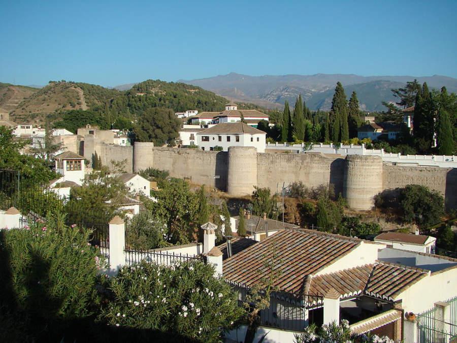 Muralla levantada por los Ziríes para proteger la ciudad de Granada