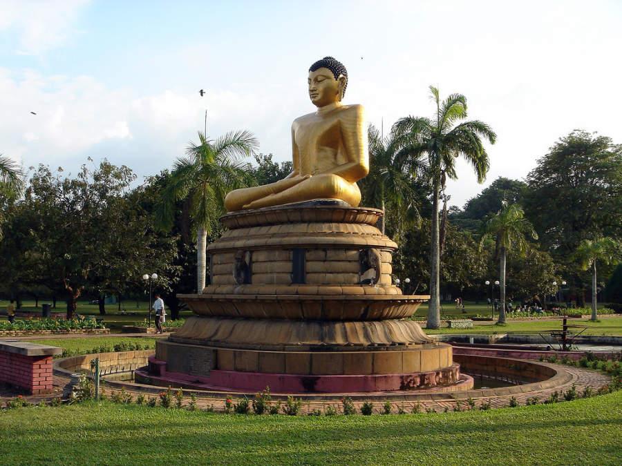 Escultura de Buda en el parque Viharamahadevi