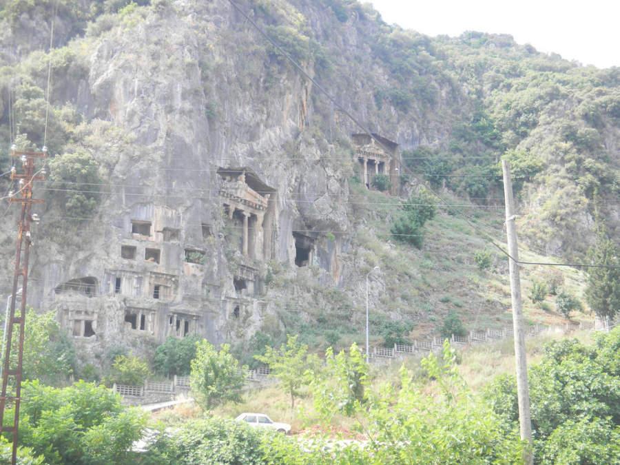 Likyalilara, tumbas reales talladas en la roca