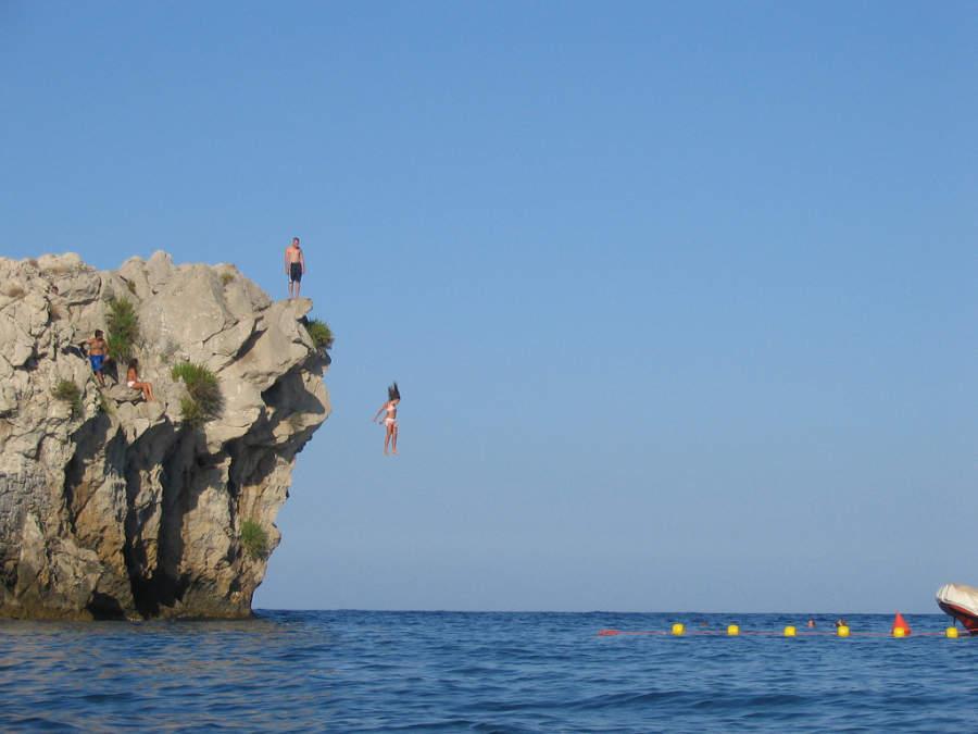 Turistas divirtiéndose en el mar en Taormina