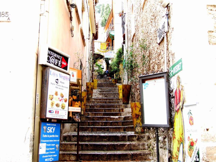 Cafeterías y restaurantes en un callejón de Taormina