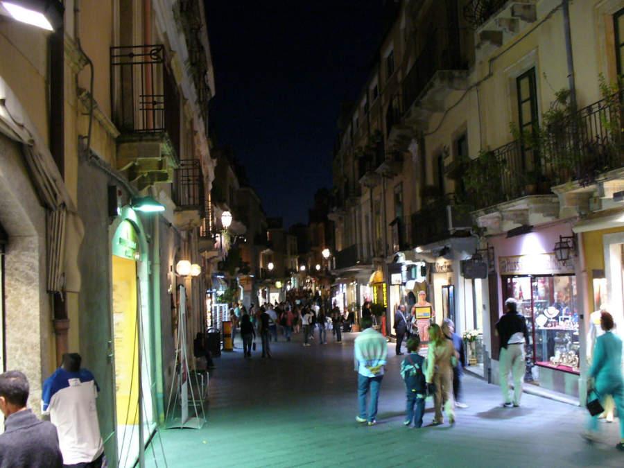 Principal avenida en Taormina de noche