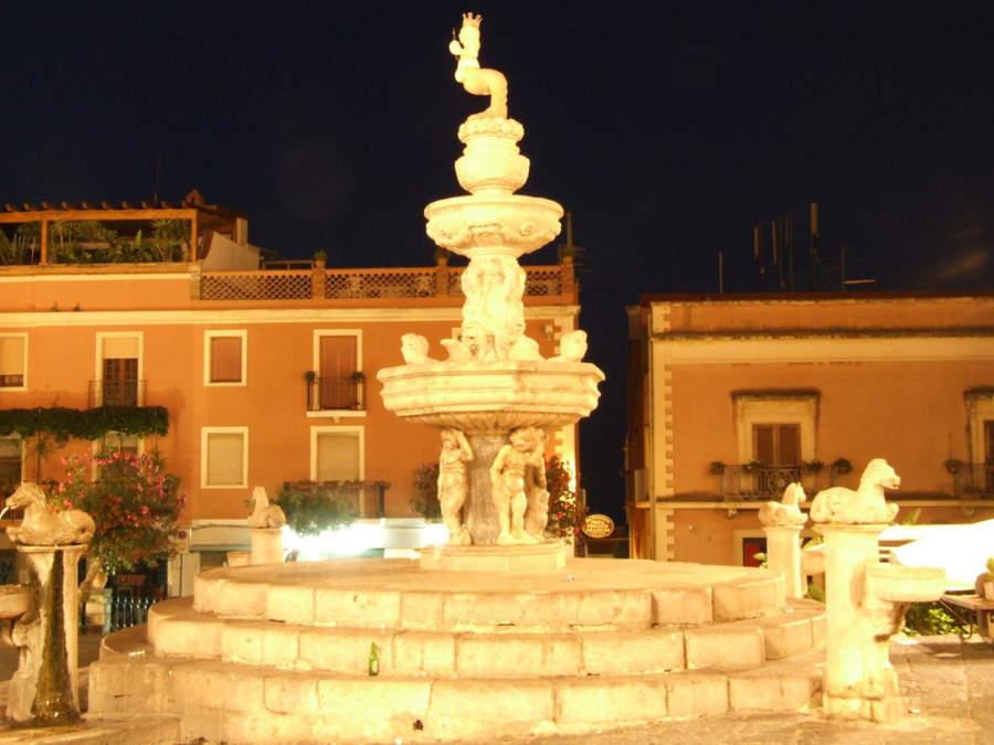 Famosa fuente del minotauro en Taormina