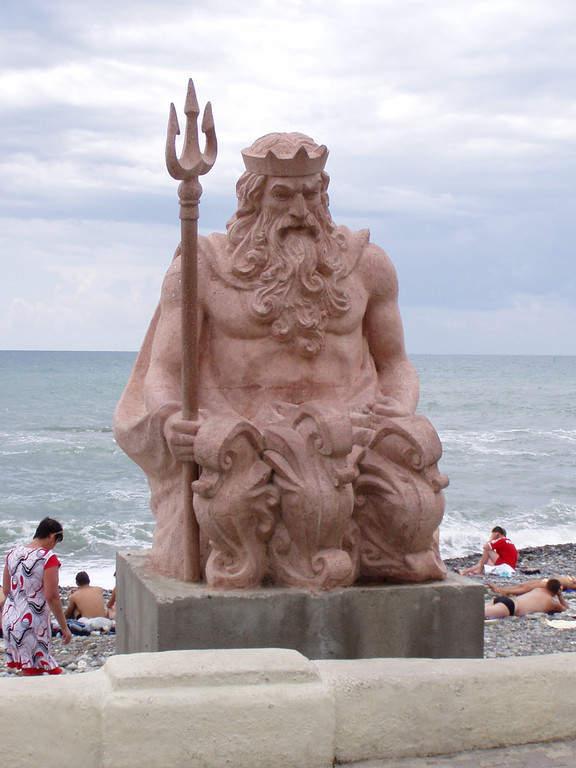 Estatua de Neptuno en la playa de Sochi