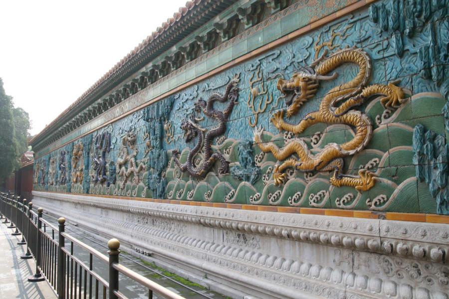 El muro de los Nueve Dragones en el Palacio de la Longevidad