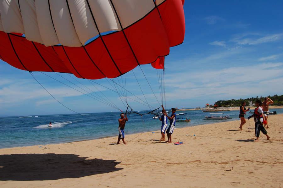 Vuelo en paracaídas atado a un barco en Benoa