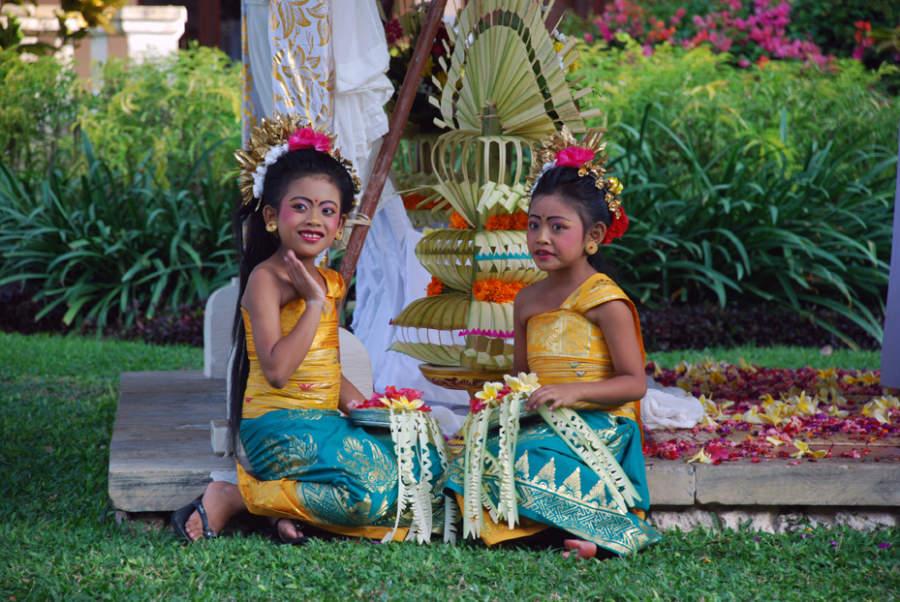 Niñas con el traje tradicional de Bali