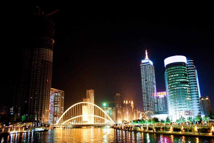 Río de Tianjín de noche
