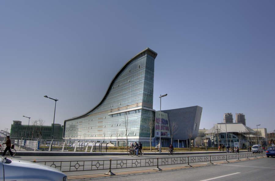 Moderno edificio con forma de ola en Tianjín