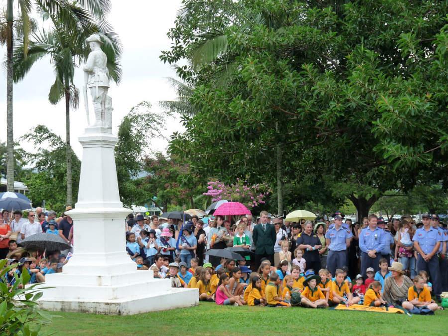 Habitantes de Port Douglas conmemorando Anzac Day, día nacional en Australia