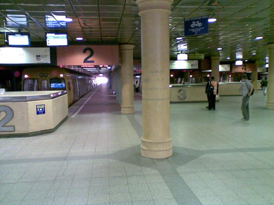 Interior de la estación de tren en Adelaida