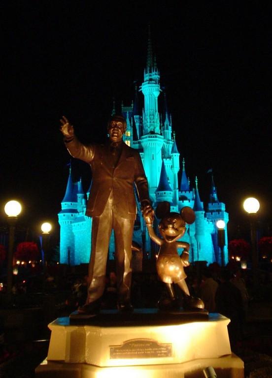 Estatua de Walt Disney y Mickey y al fondo el Castillo de Cenicienta