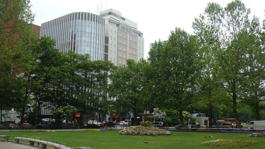 Vista parcial del Parque Odori ubicado en el centro de Sapporo