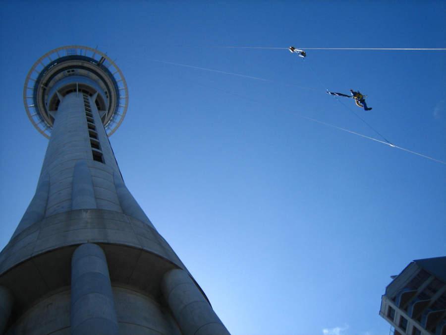 Salto desde la torre Sky Tower, una de las actividades disponibles en Auckland