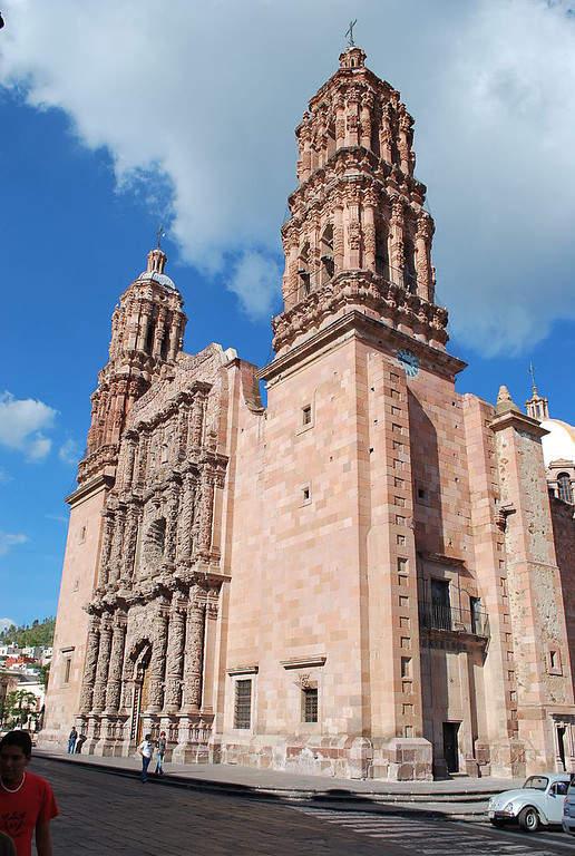 La Catedral Basílica de Zacatecas se localiza junto a la Plaza de Armas