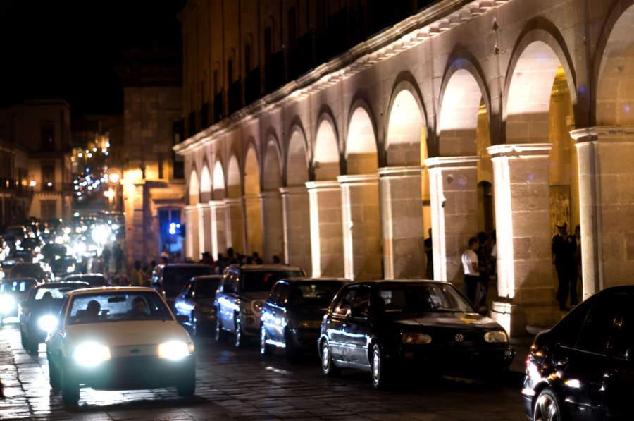 Avenida Hidalgo por la noche en el centro de Zacatecas