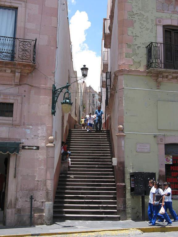 Escalinatas en un callejón de Zacatecas