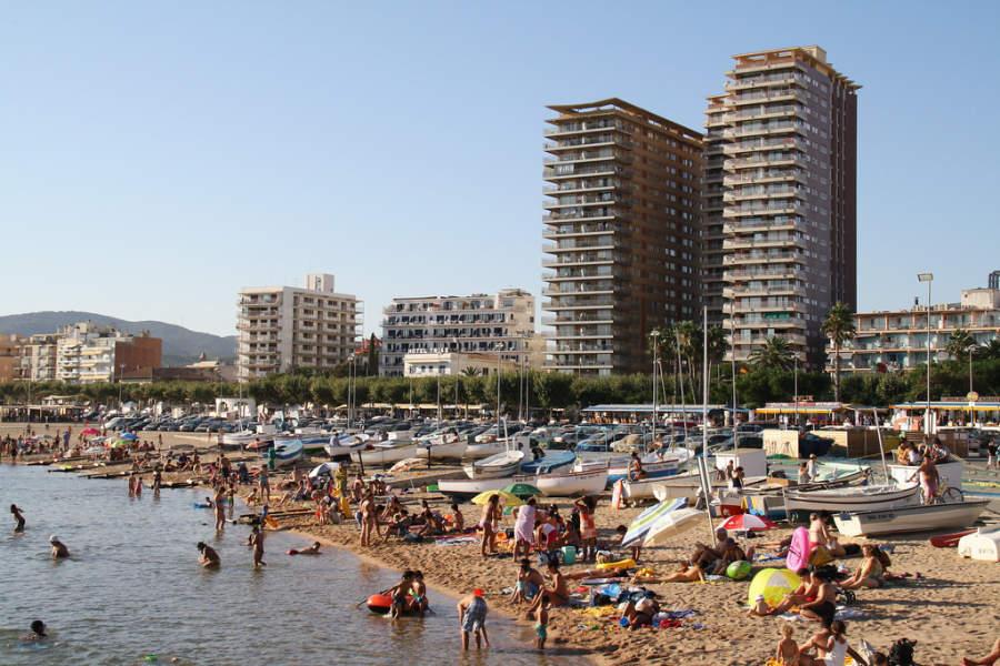 Turistas en una playa de Palamós