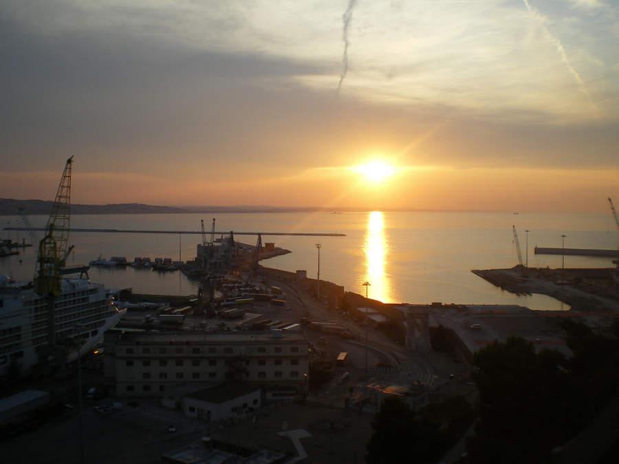 Atardecer en el puerto de Ancona