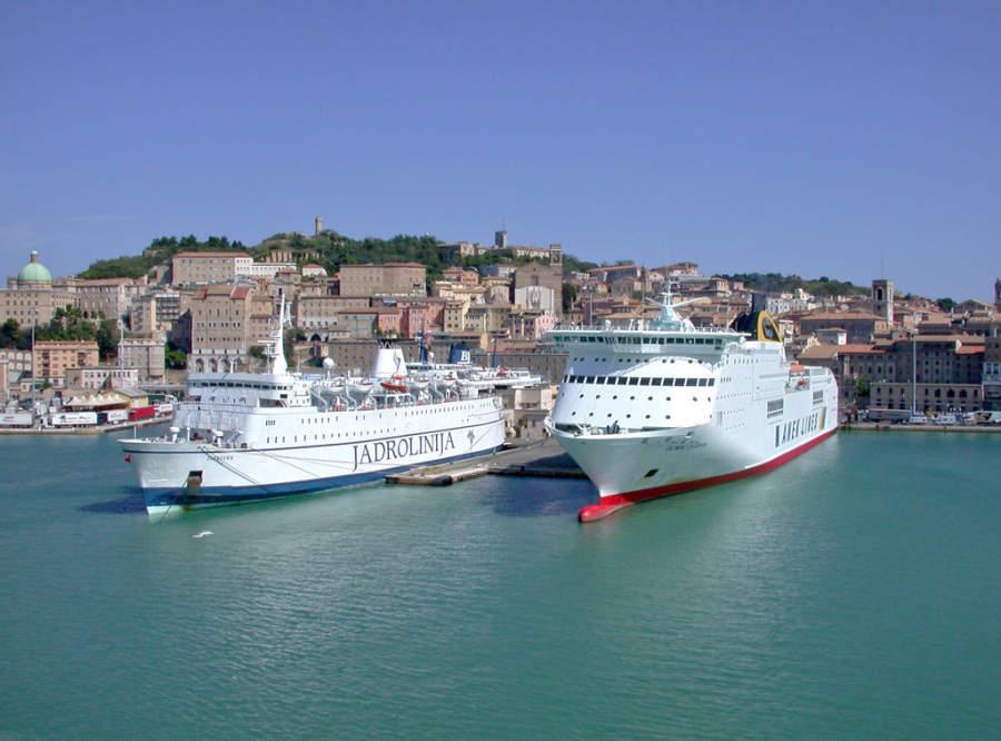 Ferris en el puerto de Ancona