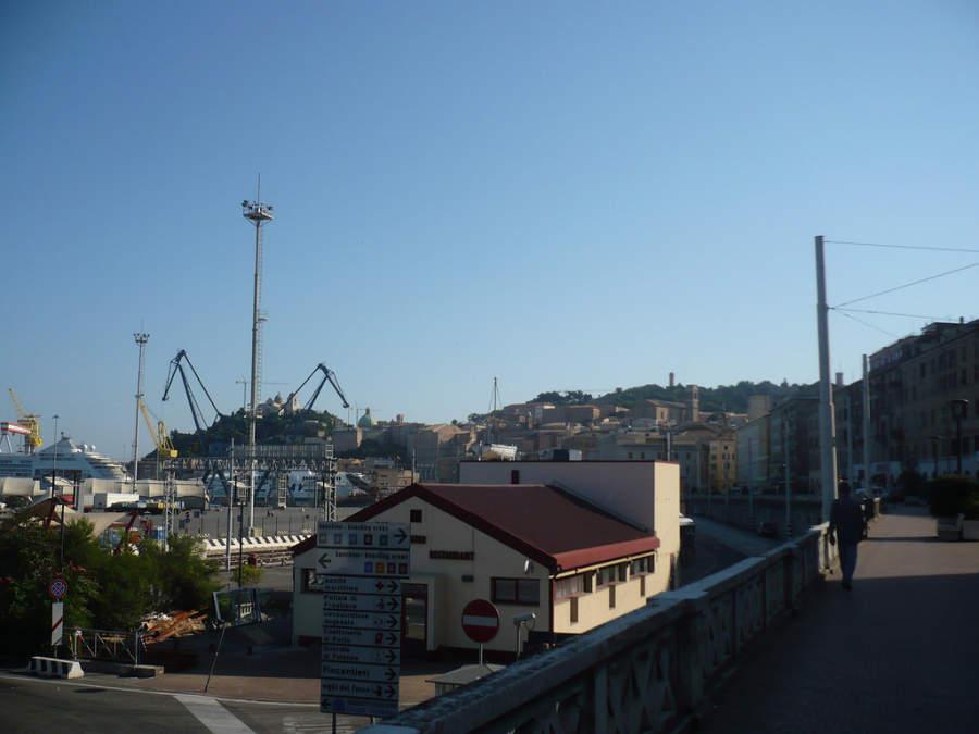 Vista del puerto en Ancona