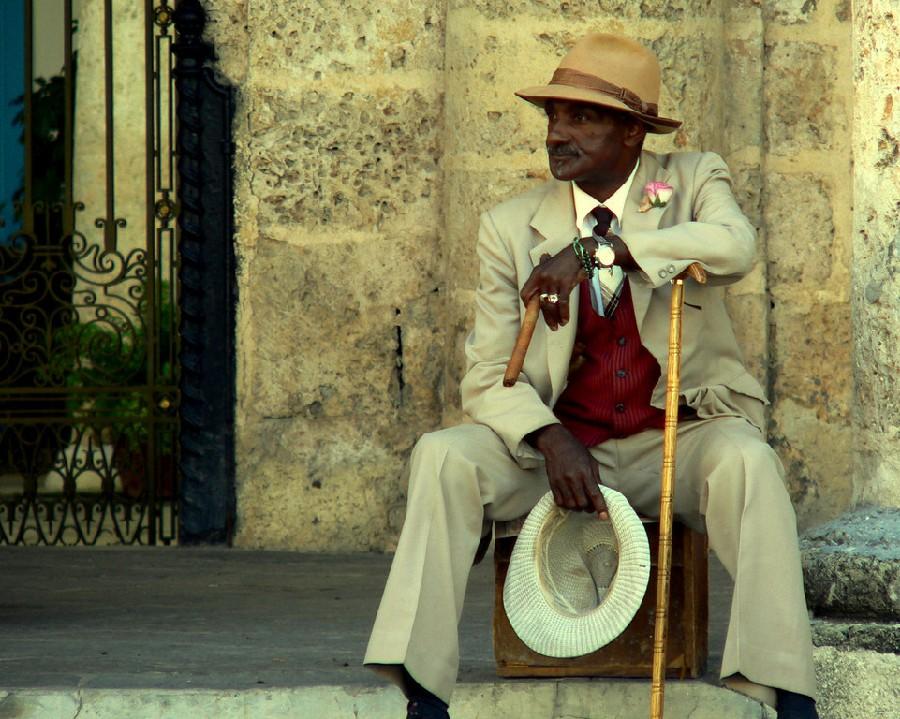 Fumando un puro cubano en La Habana