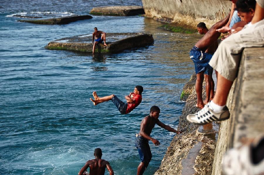 Locales divirtiéndose en el mar