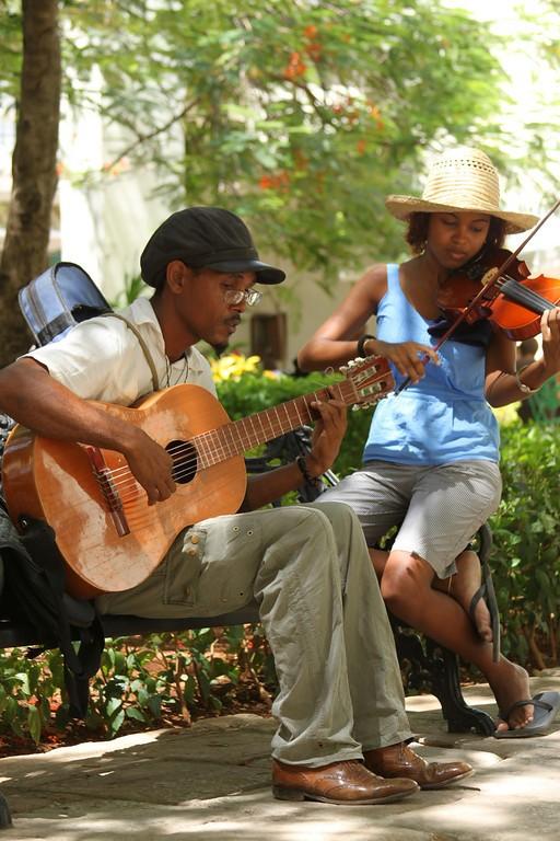 Músicos practicantes en La Habana