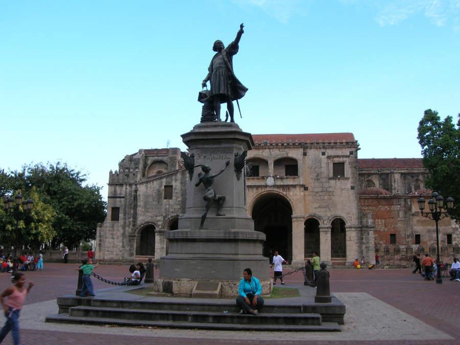 El Parque Colón es una plaza histórica de la Zona Colonial