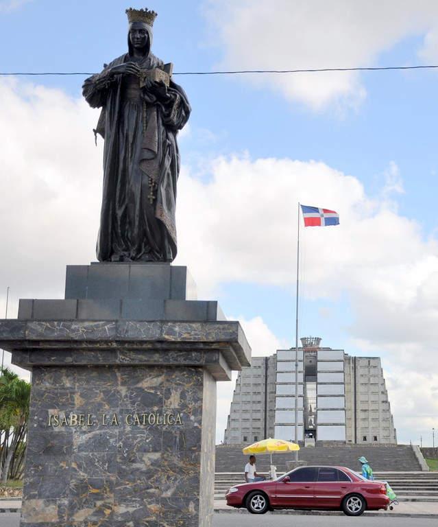 Monumento Isabel La Católica y el monumento y museo El Faro a Colón