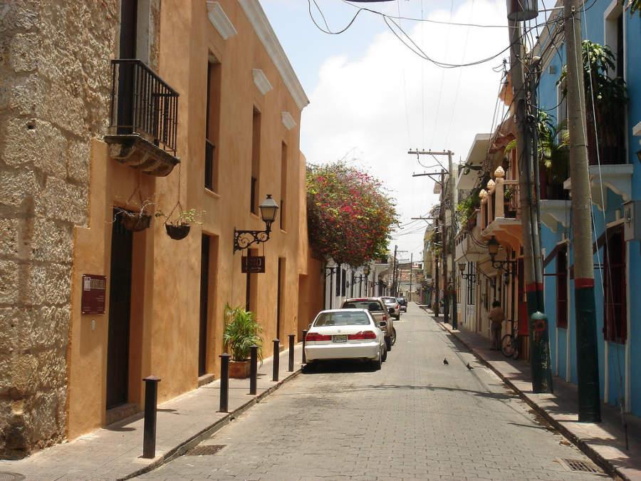 Calle colonial en el centro histórico de Santo Domingo