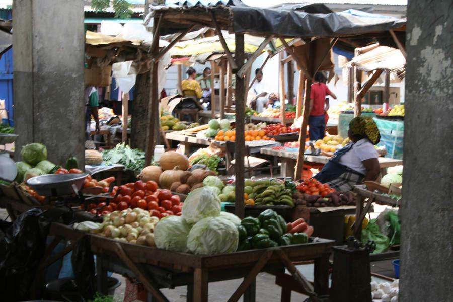 Verduras y frutas en un mercado de Inhambane
