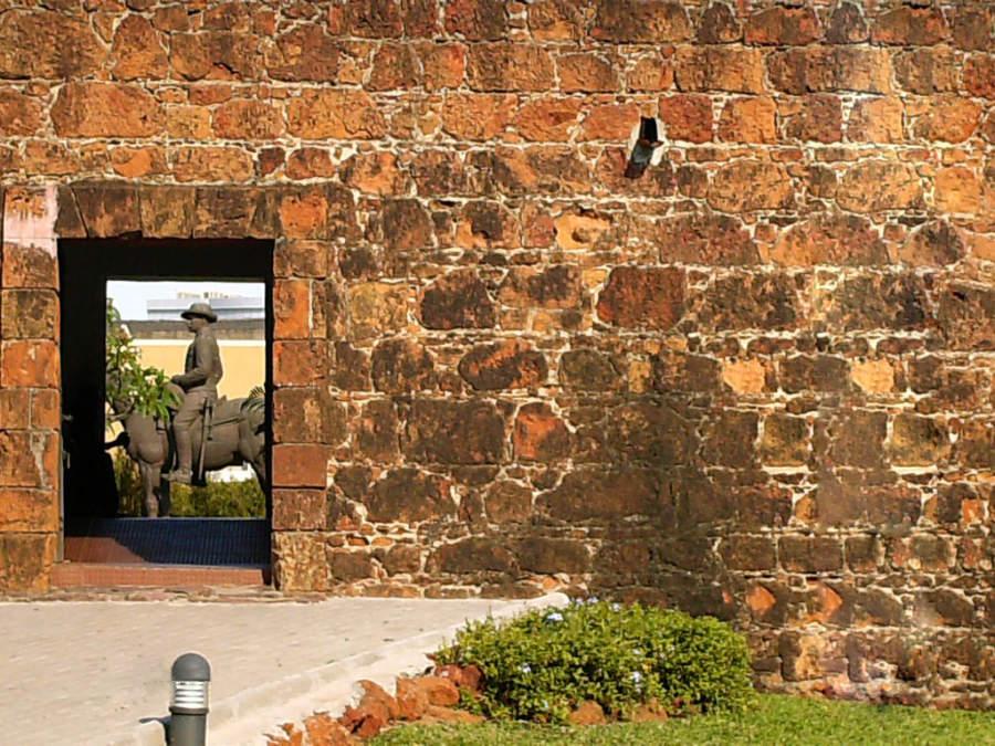 Estatua en la Fortaleza de Maputo, monumento histórico