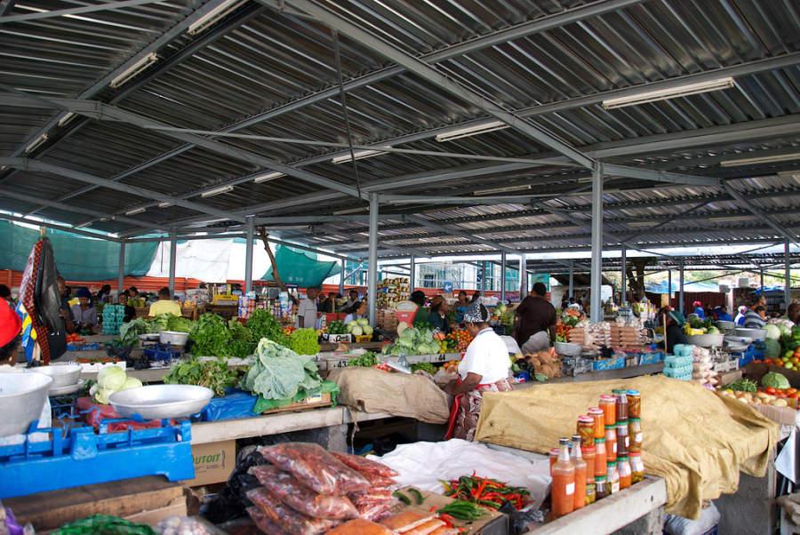 Puestos de frutas y verduras en el mercado central de Maputo