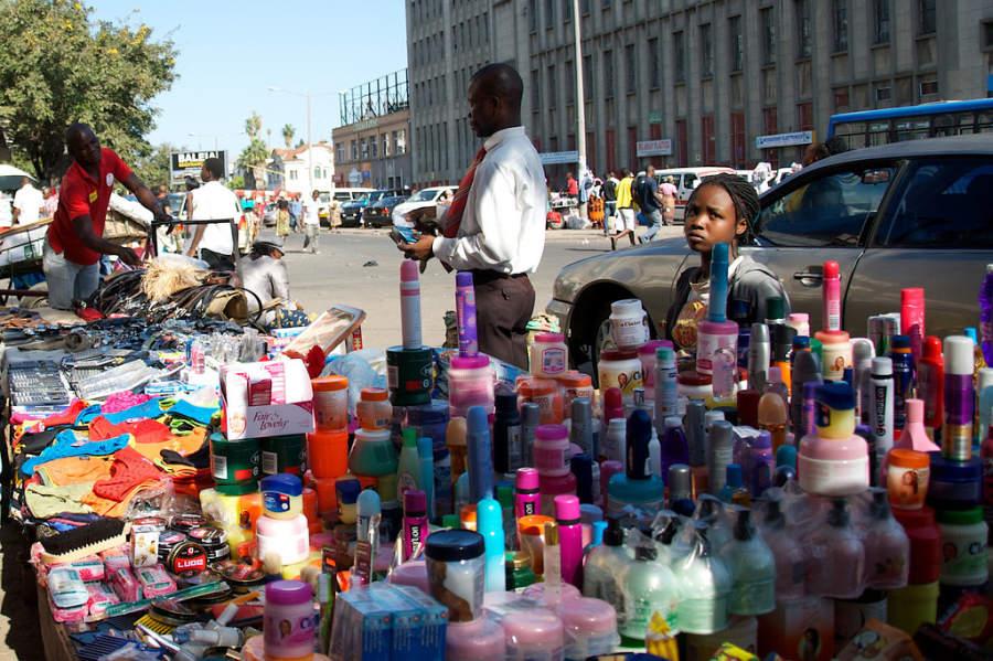 Vendedores sobre una calle de Maputo
