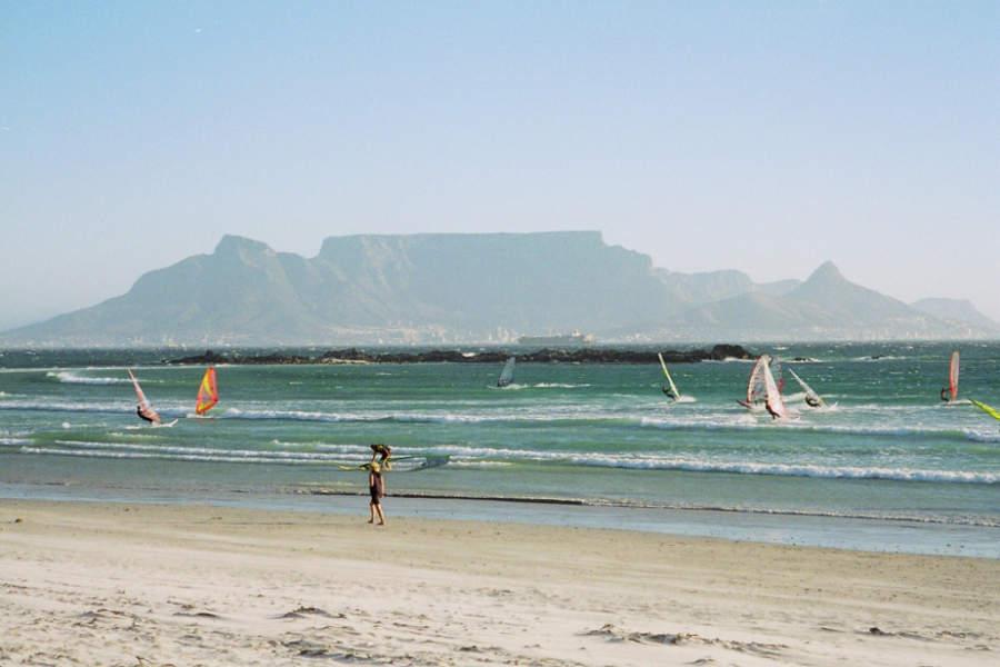 Playa en Big Bay, ideal para practicar windsurf