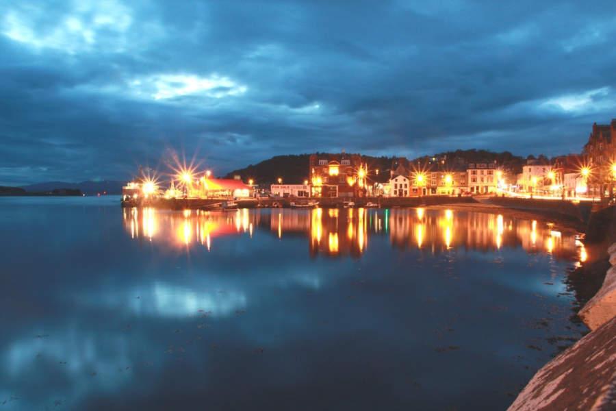 Vista nocturna de la bahía de Oban